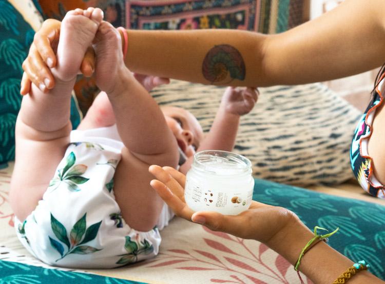Guía para hacerle un masaje Shantala con aceite de coco a tu bebé